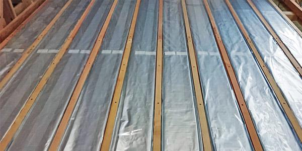 床下に⽔パックを敷き詰めて温めるだけ 「⽔蓄熱アクアレイヤー」はシンプル構造